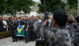 Rio de Janeiro - Policiais participam do enterro, no cemitério Jardim da Saudade, do coronel Luiz Gustavo Teixeira, comandante do Batalhão do Méier assassinado a tiros por criminosos (Fernando Frazão/Agência Brasil)