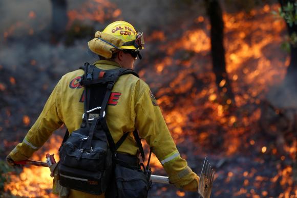 Bombeiros trabalham no combate ao fogo próximo a Sonoma, na Califórnia