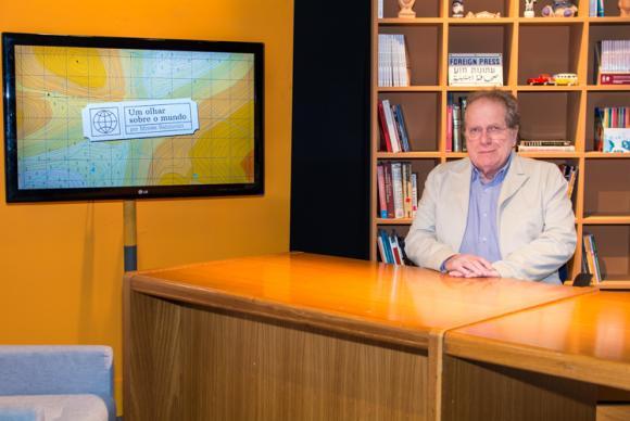 O jornalista Moisés Rabinovici no cenário do programa Um Olhar sobre o Mundo