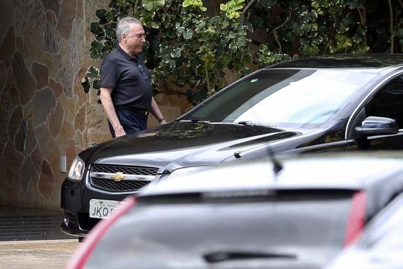O presidente Michel Temer deixa a residência oficial da Câmara dos Deputados após reunião com o presidente da Câmara, Rodrigo Maia