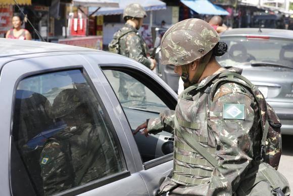 Rio de Janeiro - Exército faz operação no Complexo da Maré, na zona norte do Rio (Tomaz Silva/Agência Brasil)