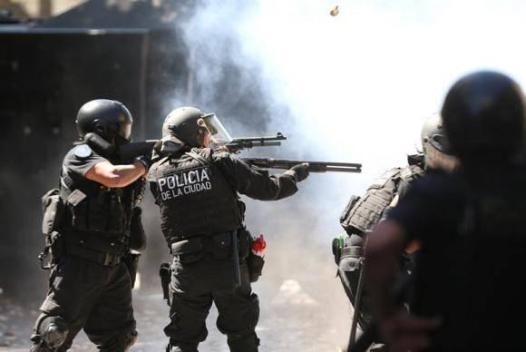 Em Buenos Aires, polícia usa balas de borracha e gás lacrimogênio para conter manifestantes que protestam contra votação da reforma da Previdência no Congresso da Argentina