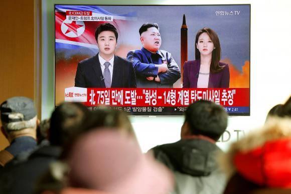 Pessoas assistem reportagem sobre novo teste de míssil balístico intercontinental (ICBM) da Coreia do Norte, em Seul, Coreia do Sul
