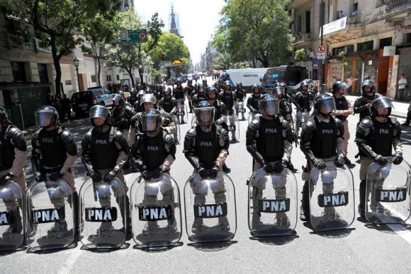 No dia em que parlamentares argentinos votam a reforma da previdência em sessão especial, homens da Forças Armadas reforçam a segurança em volta do Congresso do país