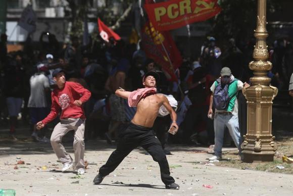 Manifestantes lançam pedras e rojões a policiais que fazem a segurança do Congresso argentino, onde deputados votam a reforma da Previdência