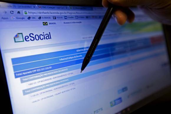 Brasília - Recolhimento de impostos na contratação dos empregados domésticos pelo eSocial começou em novembro de 2015. Patrões reclamaram da emissão das guias, devido a problemas no site (Marcelo Camargo/Agência Brasil)