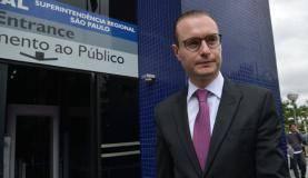 São Paulo - O advogado Cristiano Zanin Martins entrega o passaporte do ex-presidente Luiz Inácio Lula da Silva na Superintendência Regional da Polícia Federal em São Paulo (Rovena Rosa/Agência Brasil)