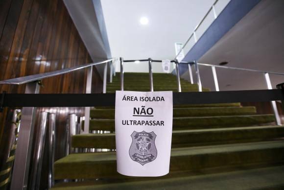 Brasília: Polícia legislativa isola área próxima ao Plenário Ulisses Guimarães após princípio de incêndio causado por um curto-circuito. (Foto: Marcelo Camargo/Agência Brasil)