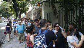 Rio de Janeiro - Postos de saúde amanhecem com filas para a vacinação contra a febre amarela. ( Tânia Rêgo/Agência Brasil)