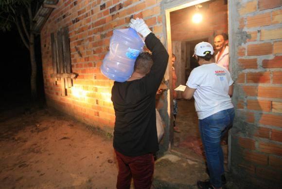 Moradores das comunidades de Bom Futuro, Vila Nova e Bujaruba, em Barcarena, recebem os primeiros garrafões de água potável - Foto Mácio Ferreira/Agência Pará