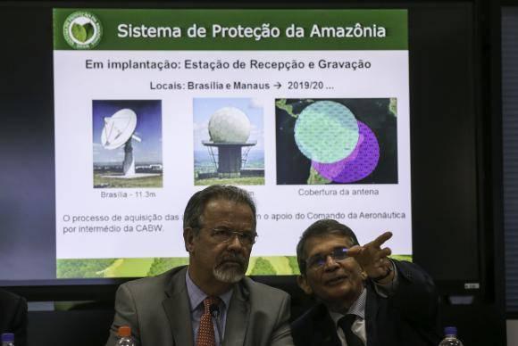 Brasília - O ministro da Defesa, Raul Jungmann, e o secretário-geral do ministério, Joaquim Silva e Luna, participam do lançamento do Sistema Integrado de Alerta de Desmatamento (Fabio Rodrigues Pozzebom/Agência Brasil)