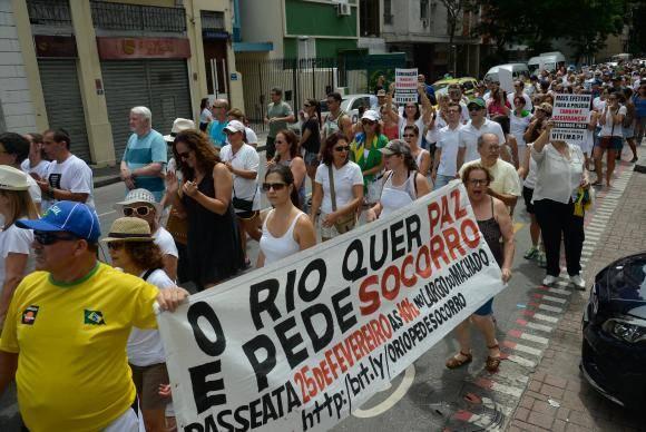 Rio de Janeiro - Manifestantes fazem passeata em protesto contra aumento da violência, por segurança, em Laranjeiras (Fernando Frazão/Agência Brasil)