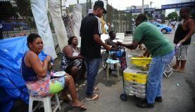 Vendedores ambulantes acampam proxímo ao Sambódromo para os desfiles das escolas de samba na Marquês de Sapucaí (Fernando Frazão/Agência Brasil)