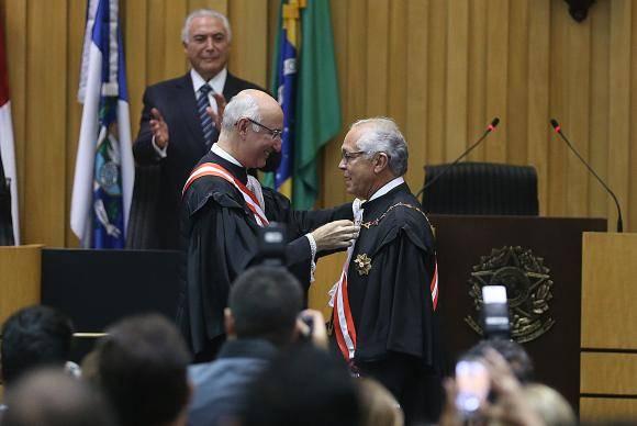 Brasília - O presidente do Tribunal Superior do Trabalho Yves Gandra Filho passa o cargo para João Batista Brito Pereira, em sessão solene com a presença do presidente da República, Michel Temer (Wilson Dias/Agênc