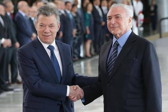 Brasília Os presidentes Michel Temer, da República, e Juan Manuel Santos, da Colômbia, se cumprimentam, no Palácio do Planalto (Antônio Cruz/Agência Brasil)