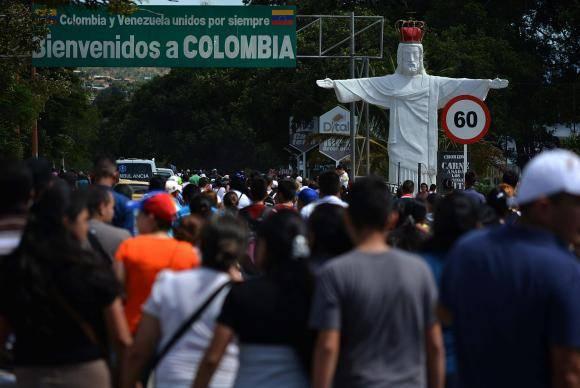 Milhares de venezuelanos cruzam a fronteira com a Colômbia para comprar bens de consumo que estão escassos na Venezuela