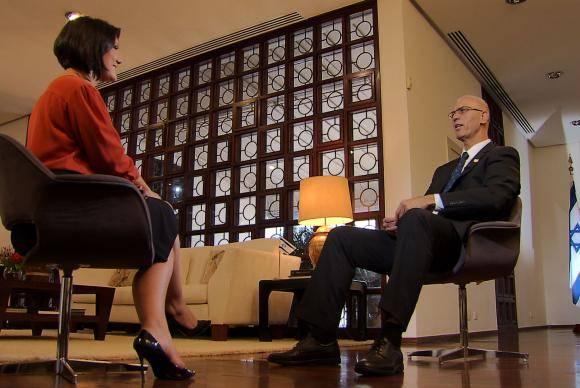 Roseann Kennedy conversa com o embaixador de Israel - Foto TV Brasil