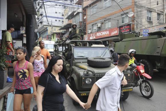 Rio de Janeiro - O terceiro dia de ocupação das tropas federais na Rocinha começou com aparente tranquilidade neste domingo (24). Sem tiroteios desde a tarde de sábado, a população ficou mais confiante e saiu para