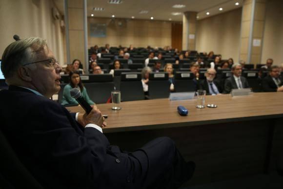 Brasília - O pesquisador da Fiocruz Ulisses Confalonieri, coordenador técnico do Projeto Indicadores de Vulnerabilidade da População à Mudança do Clima, durante a apresentação dos resultados do projeto e do Sist