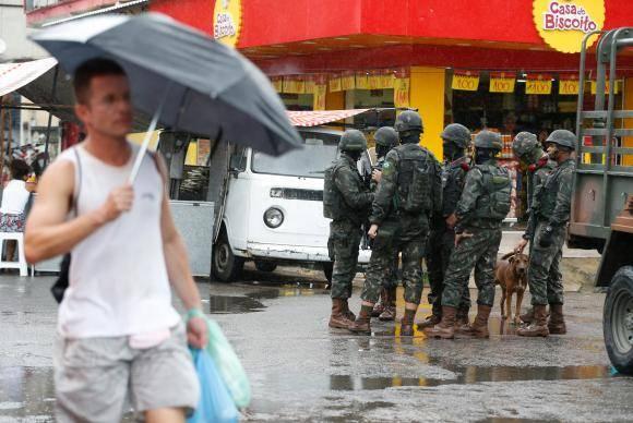 Rio de Janeiro - Forças Armadas reforçam a segurança na Vila Kennedy, na zona oeste da cidade (Tânia Rêgo/Agência Brasil)