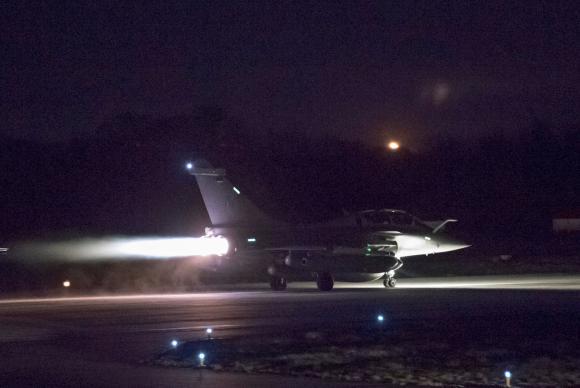 Um avião prepara para levantar voo como parte do ataque aéreo conjunto dos Estados Unidos, França e Reino Unido na Síria. Cortesia Forças Armadas Francesas/Via Reuters. Reprodução proibida.