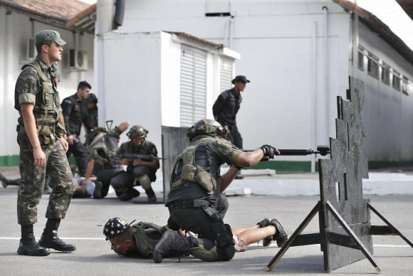 Rio de Janeiro - Estágio de aplicações táticas para instrutores da Polícia Militar no Centro de Adestramento Leste, na Vila Militar (Tânia Rêgo/Agência Brasil)