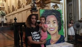 Rio de Janeiro - A irmã de Marielle, Anielle Franco, com a filha Mariah de dois anos, na missa celebrada por ocasião de um mês do assassinato da vereadora, na Igreja Nossa Senhora do Carmo da Antiga Sé, no centro do Rio