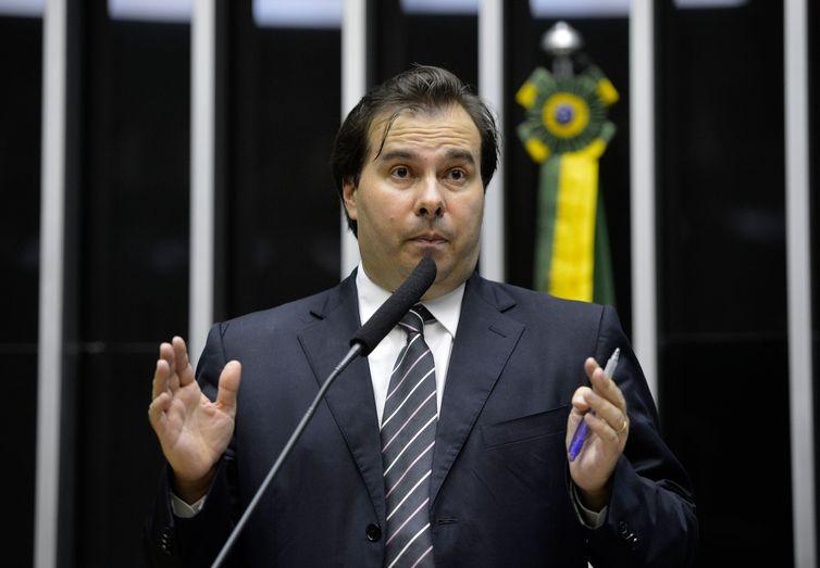 Novo relator, deputado Rodrigo Maia, faz leitura do texto no plenário da Câmara dos Deputados que realiza sessões esta semana para análise e votação da reforma política (Wilson Dias/Agência Brasil)