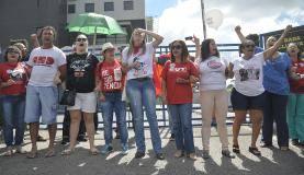 Curitiba - Manifestantes a favor e contra a prisão do ex-presidente Lula, protestam na porta da sede da superintendência da policia federal no Paraná (Marcello Casal Jr/Agência Brasil)