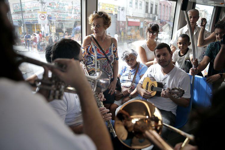 Em comemoração ao Dia do Choro, o conjunto Os Matutos embarcarcou na estação Rodoviária, com apresentação ao longo da linha 2 do Veículo Leve sobre Trilho (VLT), até a estação Tiradentes, região central da cidade.