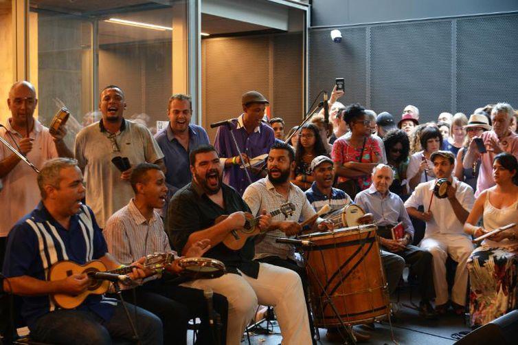 Sambistas lançam livro Primeiras Lições de Samba, do Tinhorão