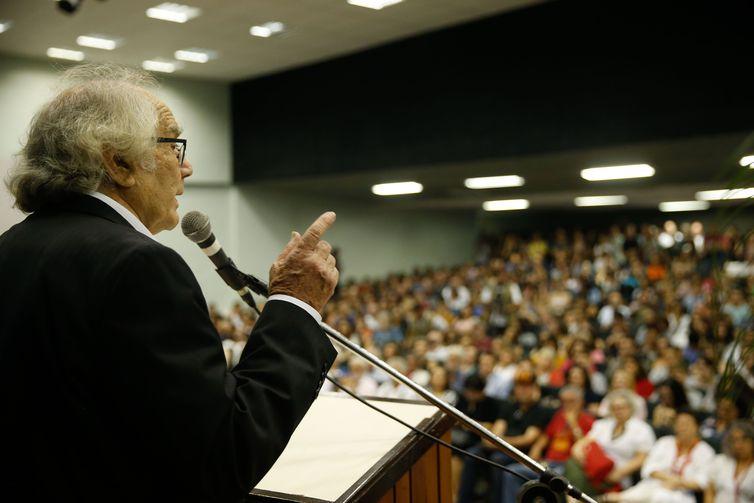 Rio de Janeiro - O ganhador do Prêmio Nobel da Paz, o escritor Adolfo Pérez Esquivel, dá aula magna do ano letivo de 2018 da Universidade Federal do Rio de Janeiro (UFRJ), na Cidade Universitária.