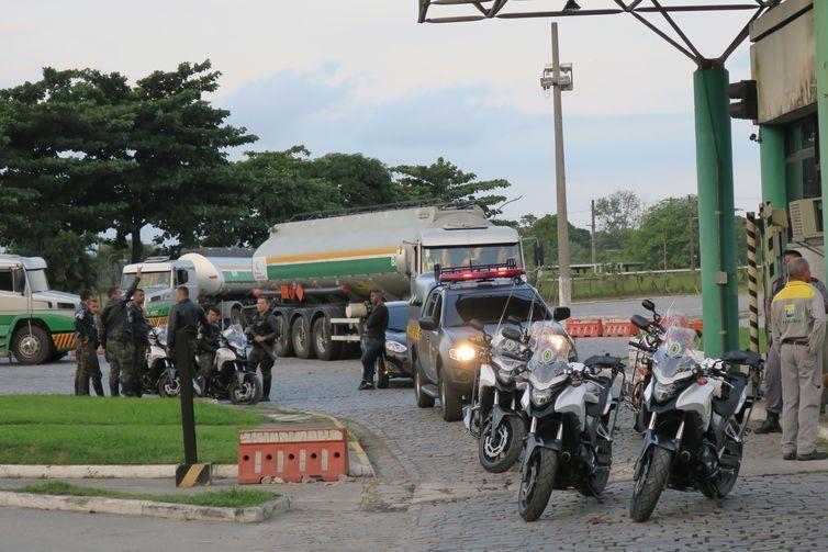 Homens da Polícia do Exército garantem saída de caminhão-tanque de refinaria da Petrobras, na Baixada Fluminense.