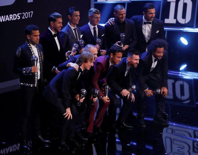 Fifa divulga equipe com os 11 melhores jogadores da temporada passada. Três brasileiros estão na lista: os laterais Daniel Alves e Marcelo e o atacante Neymar (Reuters/Direitos reservados)