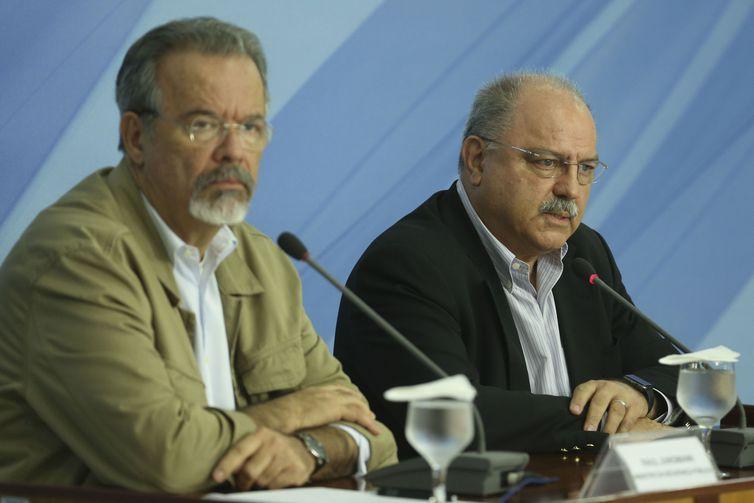 Os ministros da Segurança Pública, Raul Jungmann, e do Gabinete de Segurança Institucional, Sérgio Etchegoyen, durante entrevista após reunião do gabinete de monitoramento no Palácio do Planalto.