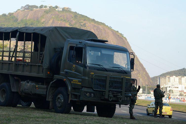 Rio de Janeiro - Forças Armadas iniciam operação especial para os Jogos Olímpicos Rio 2016, e ocupam vias expressas da cidade (Tomaz Silva/Agência Brasil)