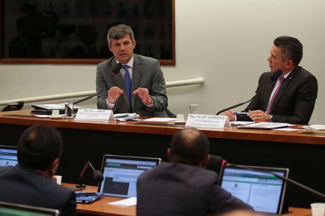 O ministro de Transportes, Portos e Aviação Civil, Valter Casimiro Silveira e o deputado Felipe Carreras participam de audiência pública da Comissão de Turismo para falar sobre o novo Modelo de Concessão de Aeroportos à iniciativa privada.
