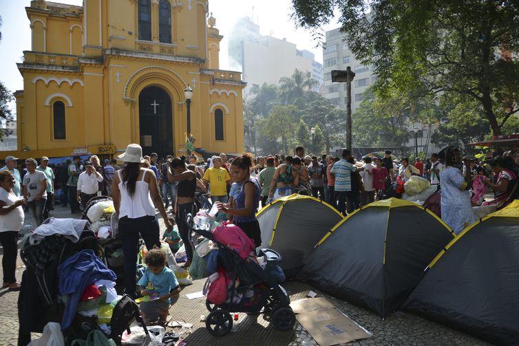 Desabrigados do prédio que desabou após incêndio na madrugada de ontem (01) acampam em frente a Igreja Nossa Senhora do Rosário dos Homens Pretos, no Largo do Paissandu, região central.