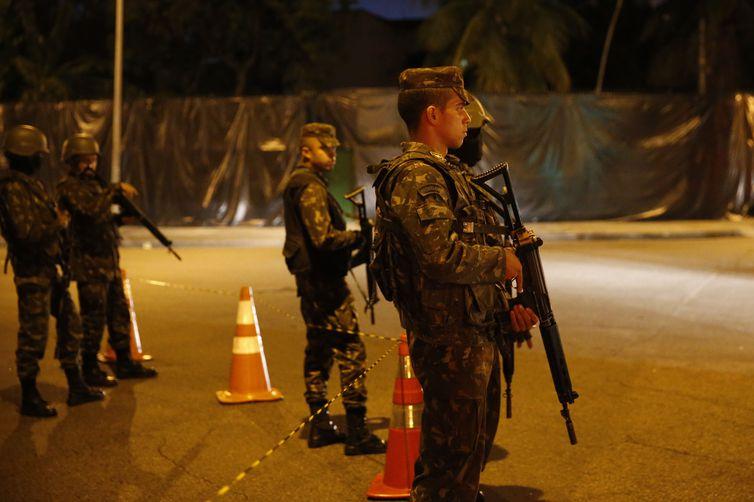Homens do Exército bloqueiam local da reconstituição do assassinato da vereadora Marielle Franco e seu motorista Anderson Pedro Gomes, no Estácio.