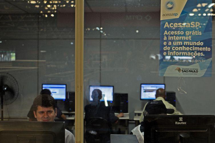 São Paulo - Telecentro na estação Palmeiras - Barra Funda da CPTM.