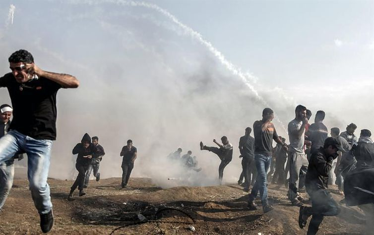 Confronto entre palestinos e tropas do Exército israelense na Faixa de Gaza