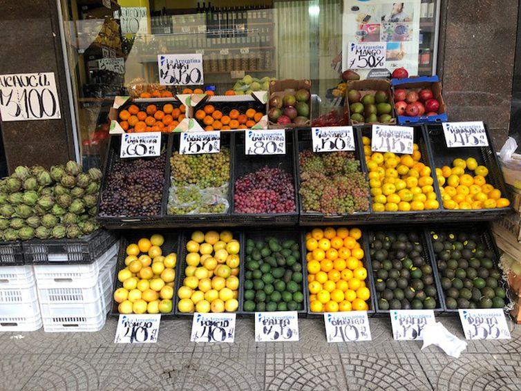Comércio de frutas e verduras, em Buenos Aires, Argentina