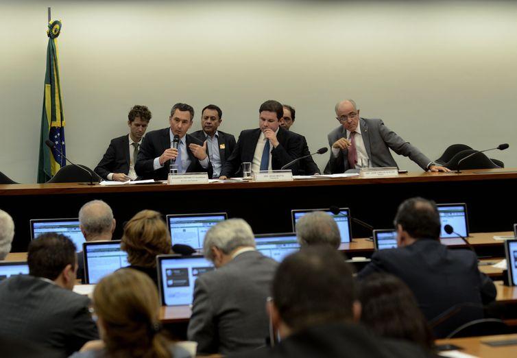 O ministro da Fazenda, Eduardo Guardia, o presidente da Comissão Especial da Câmara criada para analisar e dar parecer sobre o projeto de desestatização da Eletrobras, Hugo Motta, e o relator José carlos Aleluia, na reunião.