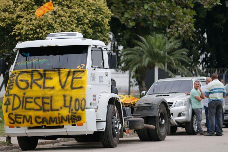 Caminhoneiros protestam contra elevação no preço do diesel na rodovia BR-040, em Duque de Caxias.