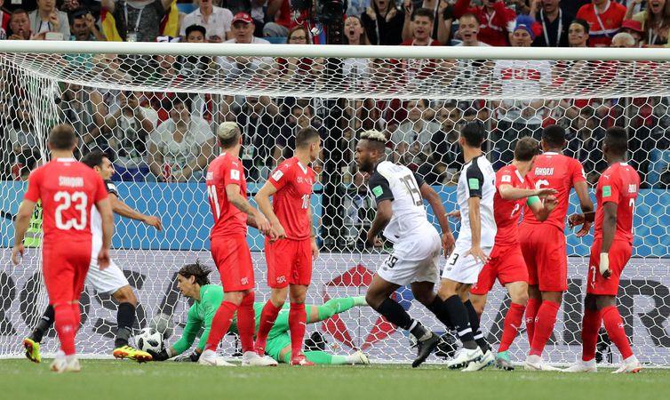 Copa 2018: Suíça e Costa Rica. Kendall Waston, Costa Rica, marca o primeiro gol da equipe.