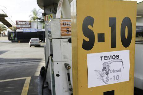 Motoristas formam fila à espera de combustível. Nos postos visitados, apenas havia diesel S10.