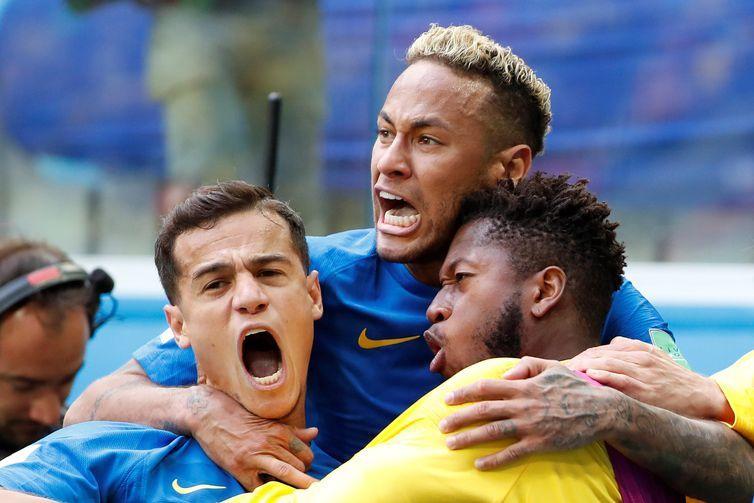 MUN24-143. SAN PETERSBURGO (RUSIA), 22/06/2018.- El centrocampista brasileño Phillipe Coutinho (i), el delantero brasileño Neymar (c) y el centrocampista brasileño Fred (d) celebran el 1-0 durante el partido Brasil-Costa Rica, del Grupo E del