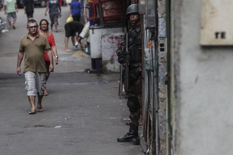 Forças de segurança fazem operação em comunidades da zona sul do Rio, como na Rocinha, e prendem 16 pessoas