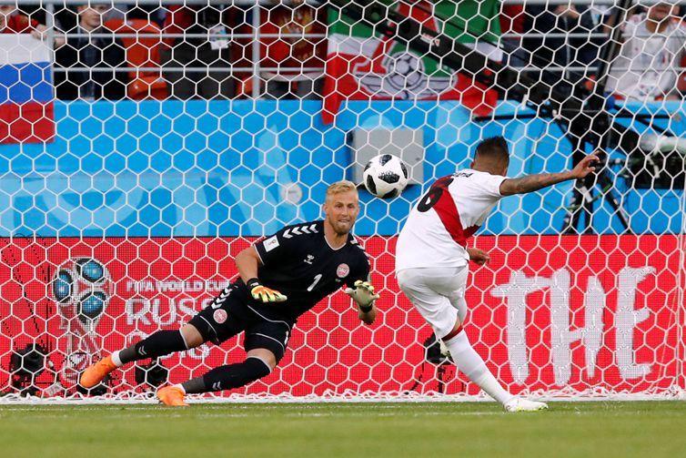 Copa 2018: Peru e Dinamarca. Christian Cueva, do Peru, perde uma penalidade.