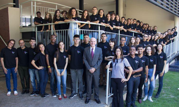 Brasília - 50 estudantes da rede pública de todo o Brasil posam para a foto oficial com o embaixador dos EUA P. Michael McKinle. Eles foram selecionados para participar da 16ª edição do Programa Jovens Embaixadores - intercâmbio cultural de